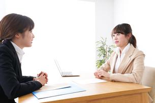 商談・ビジネスウーマン・取引の写真素材 [FYI04706876]