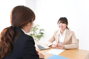 商談・ビジネスウーマン・取引の写真素材 [FYI04706880]