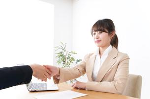 商談・ビジネスウーマン・取引の写真素材 [FYI04706881]