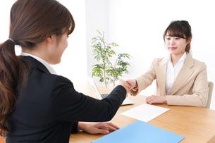 商談・ビジネスウーマン・取引の写真素材 [FYI04706882]