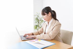 オフィスで仕事するビジネスウーマンの写真素材 [FYI04706887]