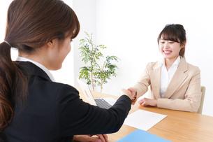 商談・ビジネスウーマン・取引の写真素材 [FYI04706888]