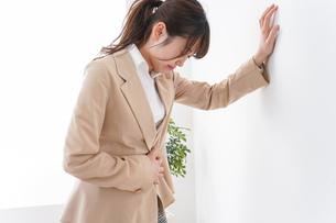 体調不良の女性の写真素材 [FYI04706899]