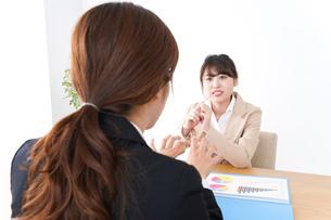 商談・ビジネスウーマン・取引の写真素材 [FYI04706922]