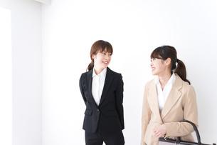商談・ビジネスウーマン・取引の写真素材 [FYI04706938]