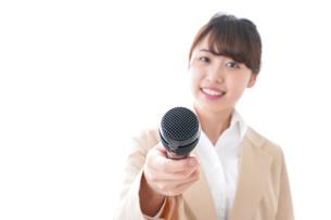 インタビューをする女性の写真素材 [FYI04706968]