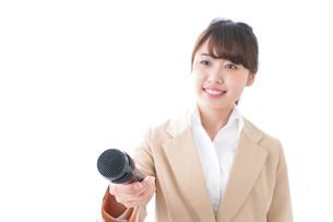 インタビューをする女性の写真素材 [FYI04706974]