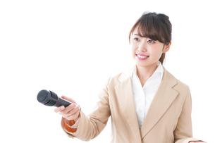 インタビューをする女性の写真素材 [FYI04706979]