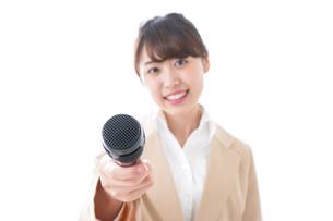 インタビューをする女性の写真素材 [FYI04706980]