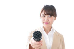 インタビューをする女性の写真素材 [FYI04706984]