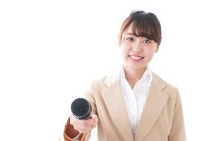インタビューをする女性の写真素材 [FYI04706985]