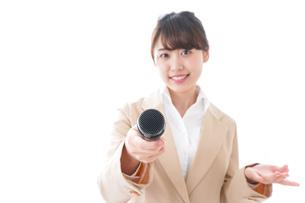 インタビューをする女性の写真素材 [FYI04706989]