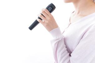 カラオケで歌う女性の写真素材 [FYI04707048]