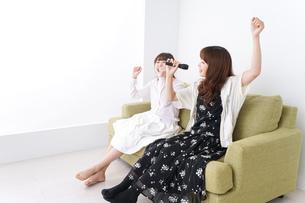 カラオケを楽しむ女性の写真素材 [FYI04707063]