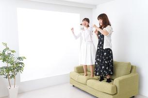 カラオケ・女子の写真素材 [FYI04707072]