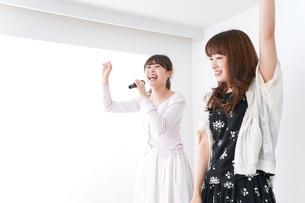 カラオケ・女子の写真素材 [FYI04707078]