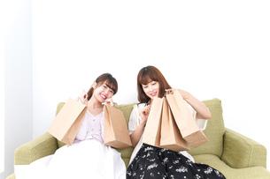 ショッピングをする女性の写真素材 [FYI04707086]