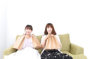 ショッピングをする女性の写真素材 [FYI04707088]
