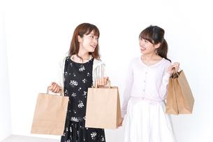 ショッピングをする女性の写真素材 [FYI04707089]