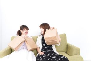 買い物をする女性の写真素材 [FYI04707093]