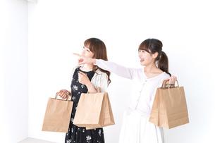 ショッピングをする女性の写真素材 [FYI04707098]