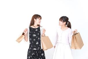 ショッピングをする女性の写真素材 [FYI04707099]
