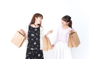 ショッピングをする女性の写真素材 [FYI04707100]