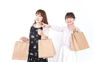 ショッピングをする女性の写真素材 [FYI04707102]