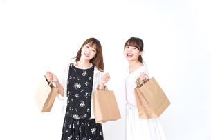 ショッピングをする女性の写真素材 [FYI04707103]