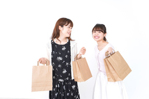 ショッピングをする女性の写真素材 [FYI04707105]