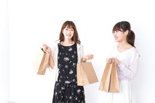 ショッピングをする女性の写真素材 [FYI04707106]