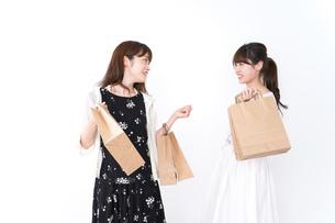 買い物をする女性の写真素材 [FYI04707107]