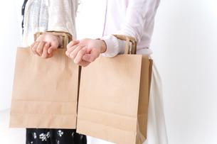 ショッピングをする女性の写真素材 [FYI04707110]