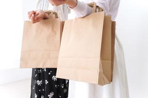 ショッピングをする女性の写真素材 [FYI04707111]