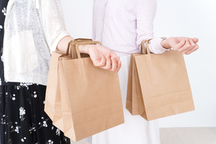 買い物をする女性の写真素材 [FYI04707113]