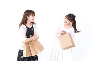 ショッピングをする女性の写真素材 [FYI04707114]