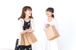ショッピングをする女性の写真素材 [FYI04707115]