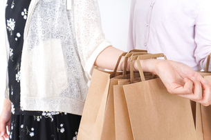 ショッピングをする女性の写真素材 [FYI04707116]