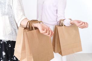 ショッピングをする女性の写真素材 [FYI04707119]