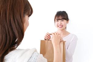クレジットカードで支払う女性の写真素材 [FYI04707122]