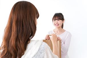 店のレジにいる女性の写真素材 [FYI04707123]