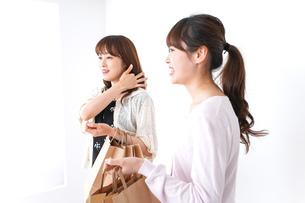 ショッピングをする女性の写真素材 [FYI04707125]