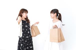 ショッピングをする女性の写真素材 [FYI04707126]
