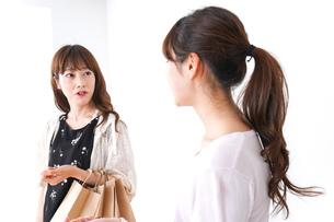 ショッピングをする女性の写真素材 [FYI04707127]