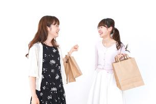 ショッピングをする女性の写真素材 [FYI04707128]