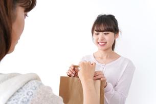 店のレジにいる女性の写真素材 [FYI04707131]