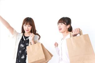 ショッピングをする女性の写真素材 [FYI04707133]