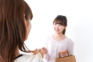 クレジットカードで支払う女性の写真素材 [FYI04707139]