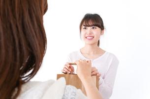 クレジットカードで支払う女性の写真素材 [FYI04707141]
