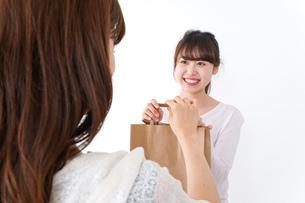 店のレジにいる女性の写真素材 [FYI04707142]